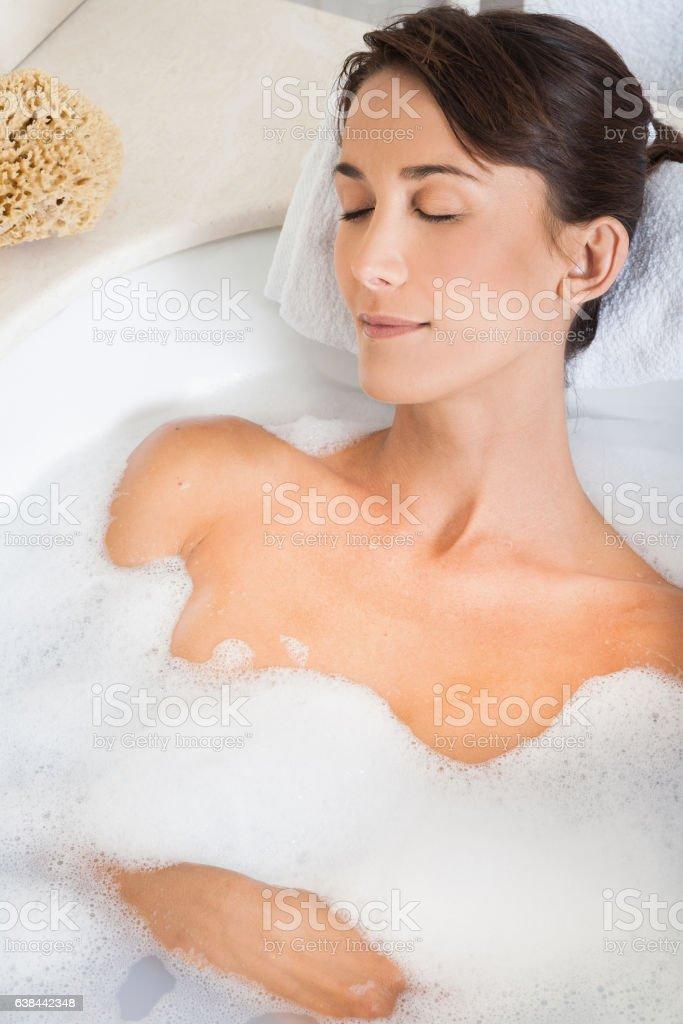 joli design nouveau style de 2019 marque populaire Femme Étendue Dans Son Bain Stock Photo - Download Image Now ...