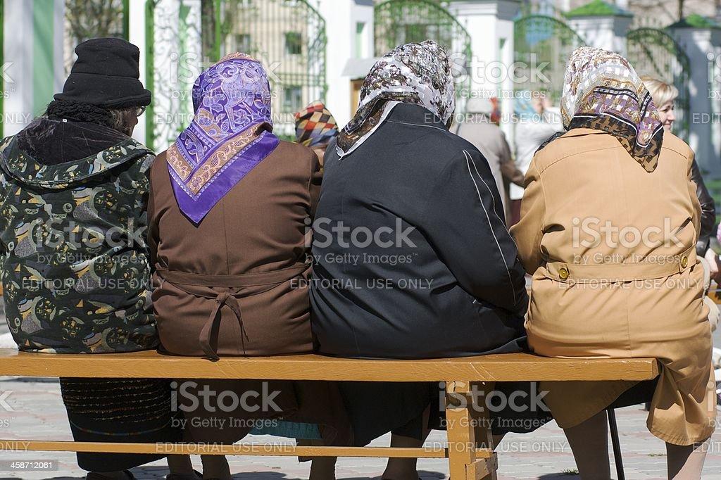 Femmes âgées assises sur un banc stock photo