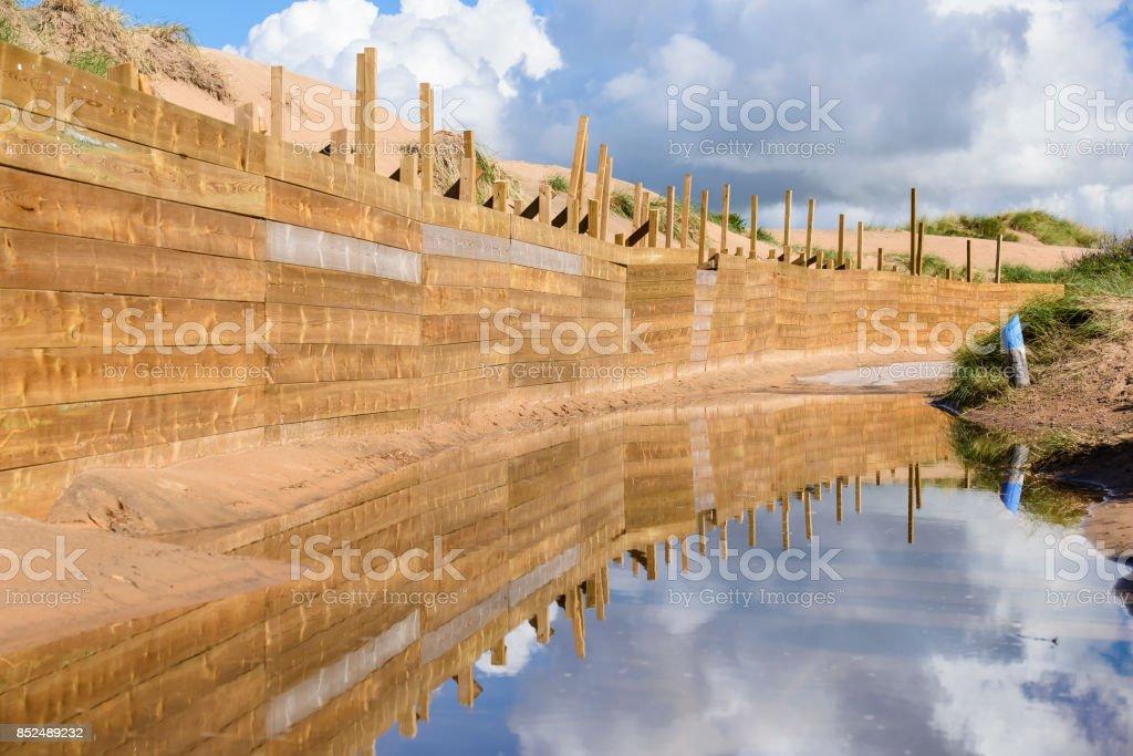 Staket längs vattnet bildbanksfoto