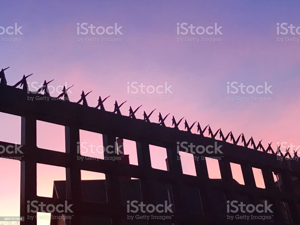 Fence and Sky - Стоковые фото Архитектура роялти-фри