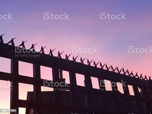 Забор И Небо — стоковые фотографии и другие картинки Архитектура