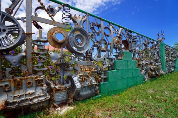 Zaun aus gebrauchten Autoteilen – Foto