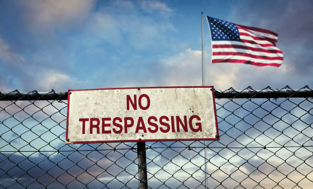 Fence on the border of the USA Fence and warning sign on the border of the USA border patrol stock pictures, royalty-free photos & images
