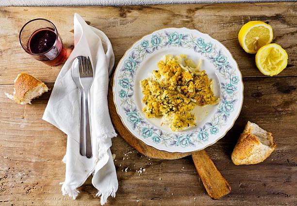 fennel fried in breadcrumbs in plate - fenchel überbacken stock-fotos und bilder