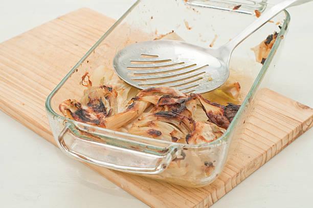 fenchel-gratin gebacken mit pfadanzeige - fenchel überbacken stock-fotos und bilder