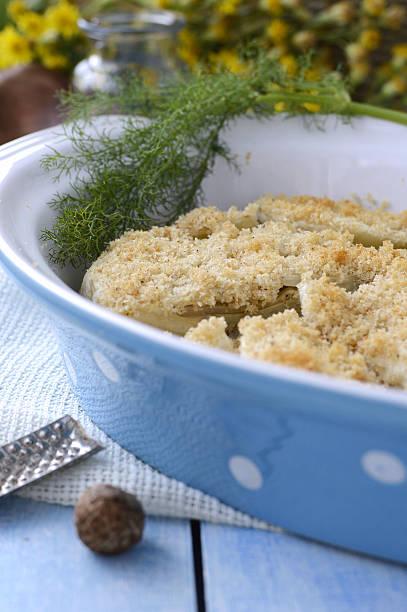 fenchel-gratin.  italienische speisen. - fenchel überbacken stock-fotos und bilder