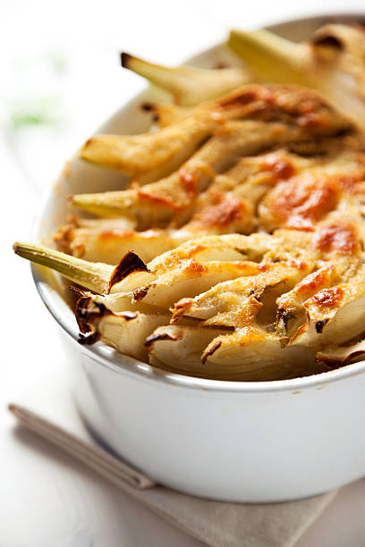 fenchel mit mozzarella überbackene - fenchel überbacken stock-fotos und bilder