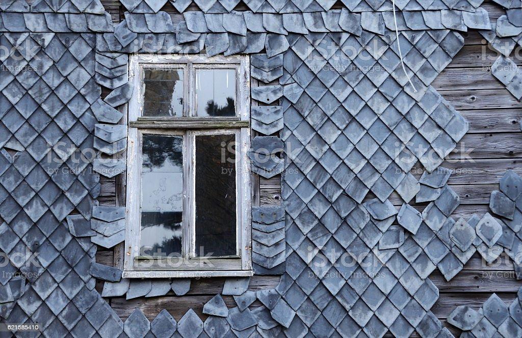 Fenster in Schieferfassade stock photo
