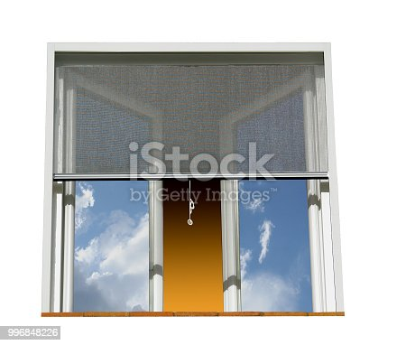 Fenêtre protégée des insectes par une moustiquaire durant un temps orageux.
