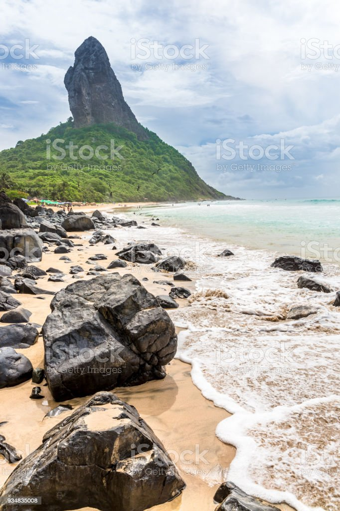 페르난도 드 노로냐, 브라질입니다. Conceicao 비치입니다. 전경에 있는 바위와 Conceiçao입니다. - 로열티 프리 0명 스톡 사진