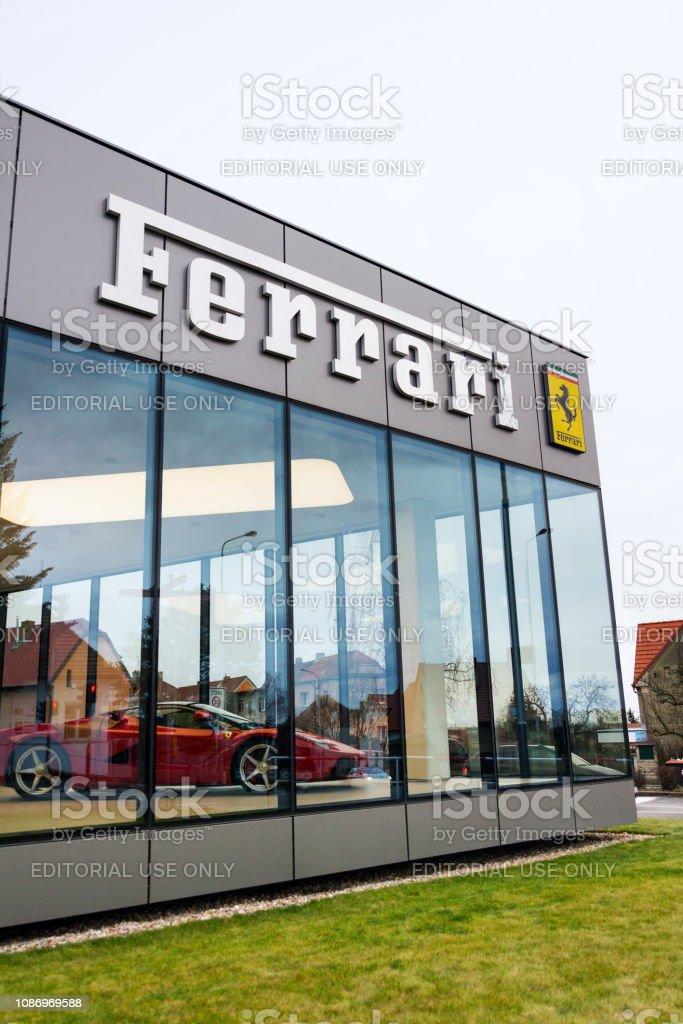Ferrari N. V. italienischen Luxus Sportwagen-Hersteller-Firmen-Logo vor Autohaus Gebäude – Foto