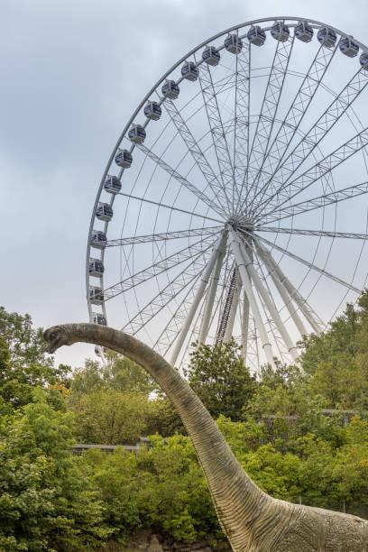 pariserhjul och en staty av en dinosaurie i göteborg - liseberg bildbanksfoton och bilder