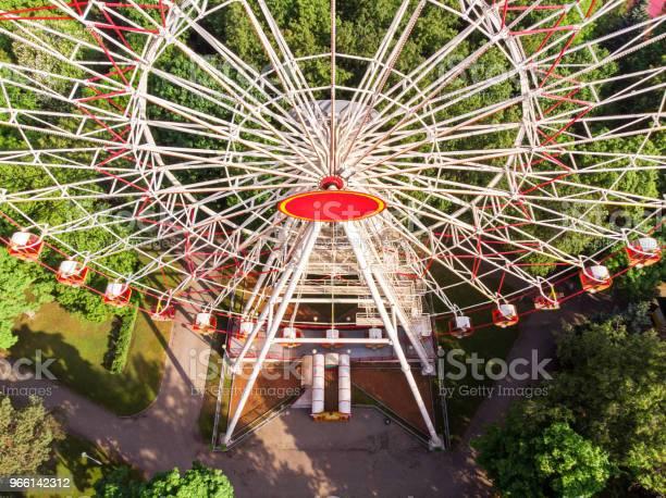 Reuzenrad Op Een Pretpark Luchtfoto Stockfoto en meer beelden van Amusementsparkritje