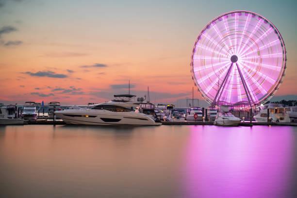 ferris wheel at national harbor, maryland - luogo d'interesse nazionale foto e immagini stock