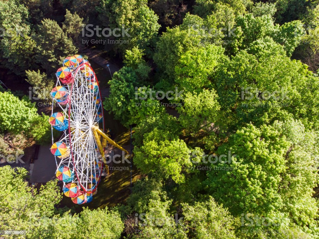 ferris wheel in public park at summer morning - Стоковые фото Аттракцион карусель роялти-фри
