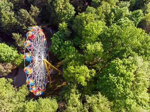 Ferris Wheel In Public Park At Summer Morning - Fotografias de stock e mais imagens de Acima