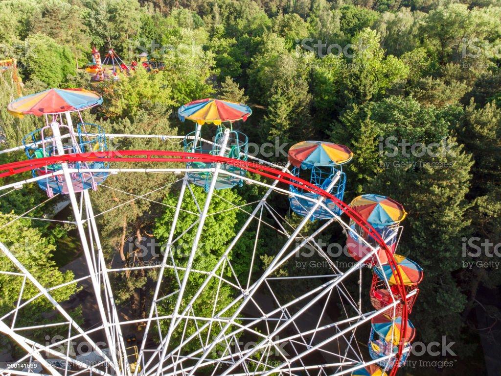 pariserhjul i offentlig park på sommarmorgon - Royaltyfri Avkoppling Bildbanksbilder