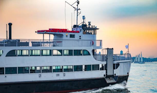 ferry boat on the hudson river at sunset in new york - ferry imagens e fotografias de stock