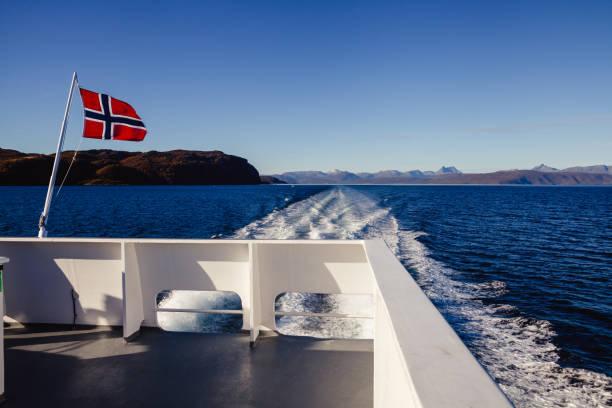 fähre in norwegen - norwegen fahne stock-fotos und bilder