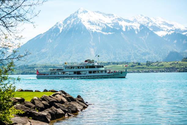 fähre auf dem thunersee und schweizer alpen, schweiz - thun switzerland stock-fotos und bilder