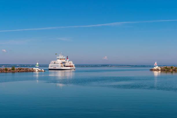 färja på den sjön vättern i sverige - ferry lake sweden bildbanksfoton och bilder