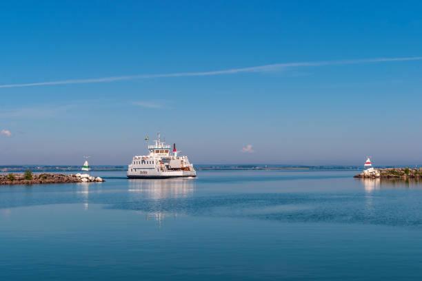 färja på väg till granna i sverige på vattern - ferry lake sweden bildbanksfoton och bilder