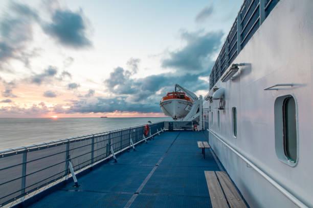 Ferry sailing into Sunset – zdjęcie
