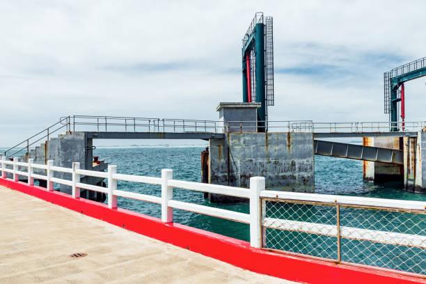 Terminal de ferris y mar - foto de stock