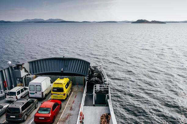 veerboot die transporten van auto 's - veerboot stockfoto's en -beelden