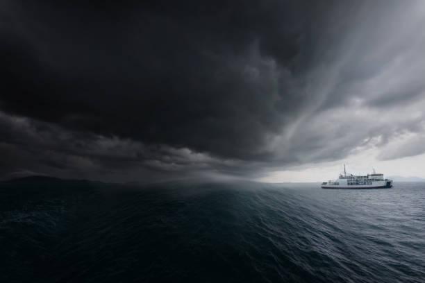 在熱帶風暴帕布克期間, 渡船軌道離開港口。 蘇梅島, 泰國. 災害概念背景。 - 亂流 個照片及圖片檔