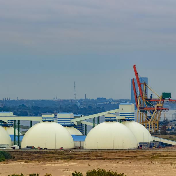 fertilizer terminal with saltpeter - großes 1x1 stock-fotos und bilder