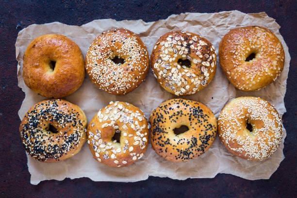 fessh hausgemachte bagels - brot kohlenhydrate stock-fotos und bilder