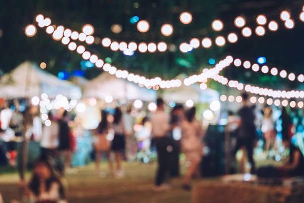festa evento festival con persone hipster sfondo sfocato - evento foto e immagini stock