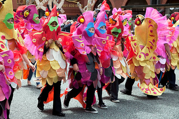 Festival-parade Kinder angezogen wie fish – Foto