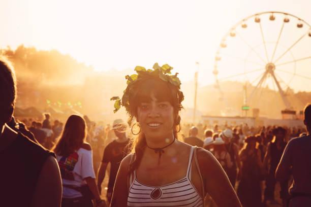 festival menschen - hippie kostüm damen stock-fotos und bilder