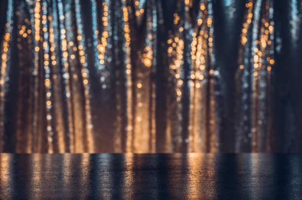 製品ディスプレイとしてのお祝いと輝くステージ。コピー空間を含むテクスチャの背景 - glitter curtain ストックフォトと画像