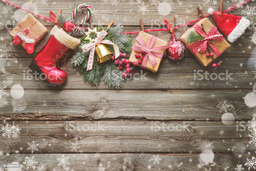 Contexte festif avec Noël présente, décoration sur la corde à linge et accessoires de pères Noël - Photo