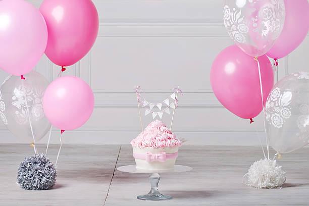 festliche kuchen und ballons. weiß und rosa - nummer 1 kuchen stock-fotos und bilder