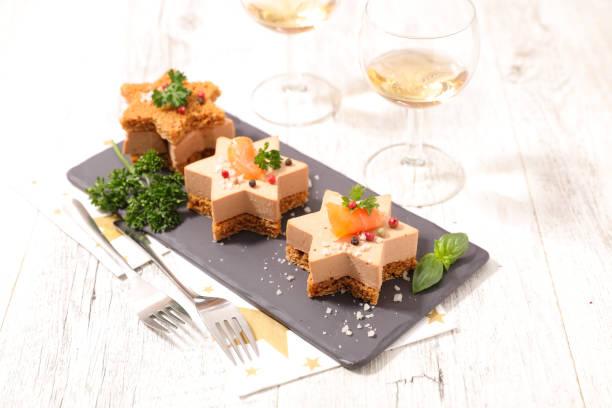 canape festive au foie gras et saumon sur pain d'épice - foie gras photos et images de collection