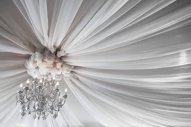dekoracja świąteczna sufitem na wesele lub sala balowa - sala balowa zdjęcia i obrazy z banku zdjęć