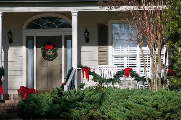festliche weihnachten kranz die tür - weihnachtlich dekorieren stock-fotos und bilder