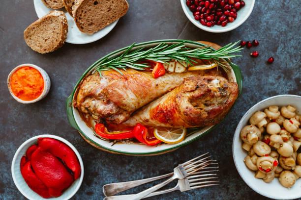plato festivo para acción de gracias, patas de pavo asadas con verduras en una mesa con aperitivos. vista superior, plana. - thanksgiving leftovers fotografías e imágenes de stock