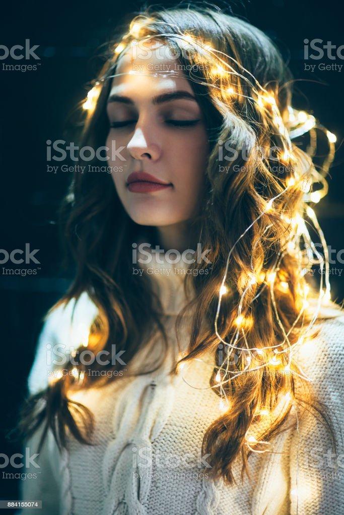 6cea622eed55 Festliche Träumende Frau Porträt Mit Weihnachtsbeleuchtung Und ...