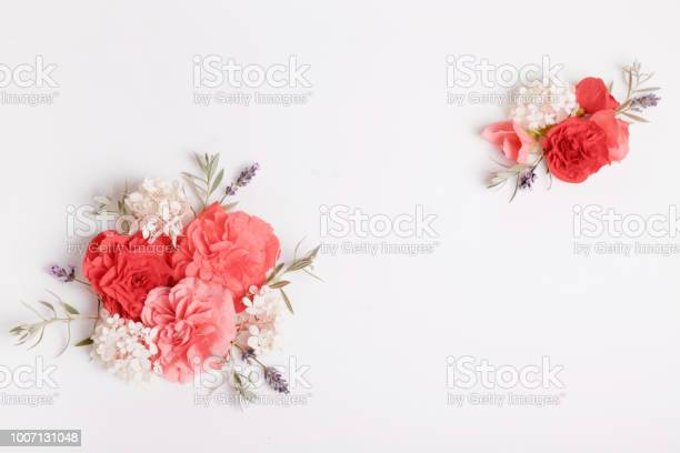 Festive flower composition on the white wooden background overhead picture id1007131048?b=1&k=6&m=1007131048&s=612x612&h=x9y52kfgxlakwtazuv7cai3vvumg7mhawvaw7wgx3cm=