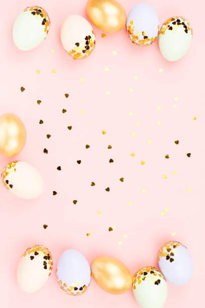 festlig glad påsk bakgrund med dekorerade ägg, blommor, godis och band i pastellfärger på vitt. kopiera utrymme - blue yellow band bildbanksfoton och bilder