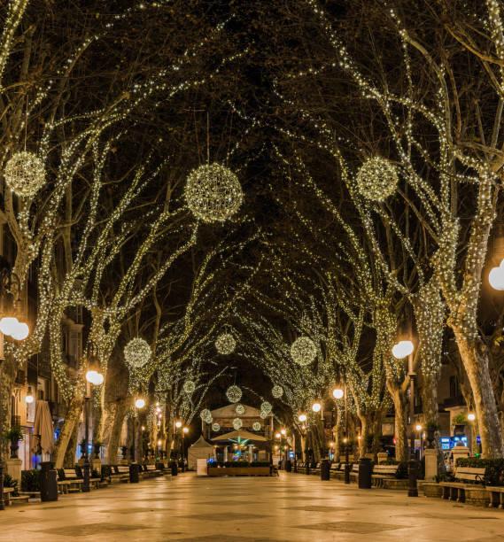 festlich beleuchtete avenue zu weihnachten in der stadt palma de mallorca, spanien - weihnachtsstadt stock-fotos und bilder