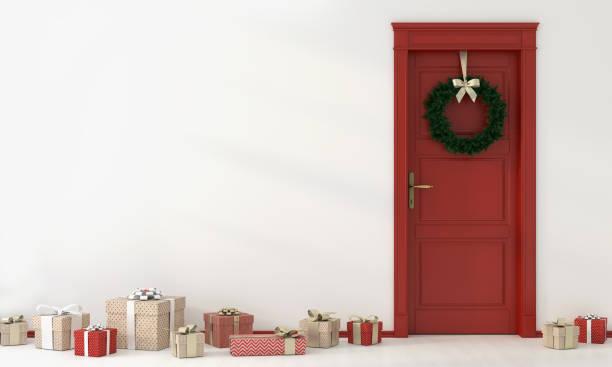 festliche interieur mit roten tür und geschenke - türbänder stock-fotos und bilder