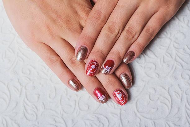 festive nail art in pink and gold colors - nageldesign weihnachten stock-fotos und bilder