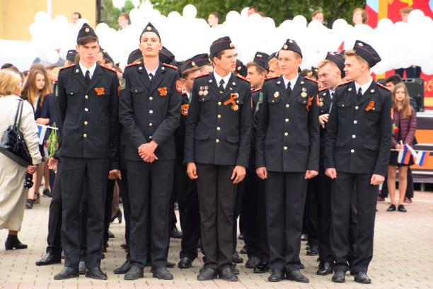 desfile festivo el 9 de mayo en slavyansk-on-kuban, en honor al día de la victoria en la gran guerra patriótica. - feliz dia del policia fotografías e imágenes de stock