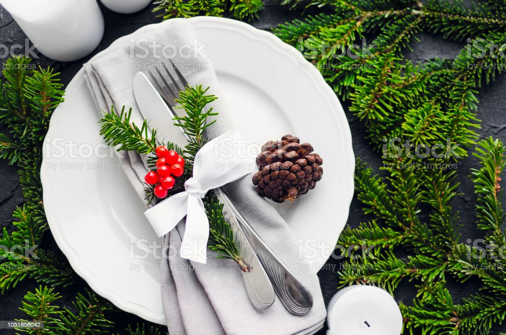 Festive place setting for christmas dinner - Foto stock royalty-free di Abete